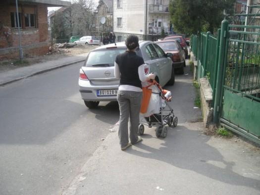 bahato parkirani automobili