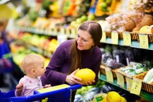 Mama i beba u kupovini