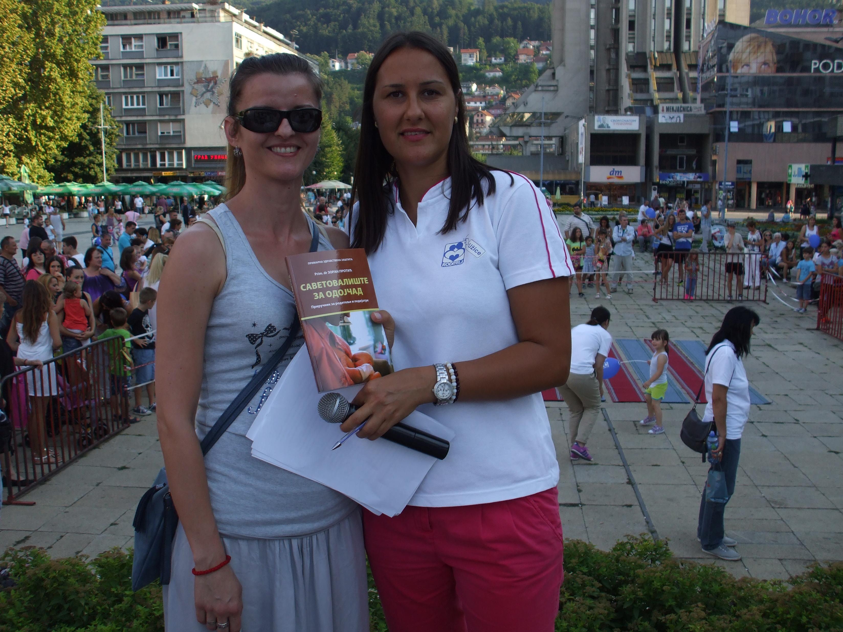 Buduća majka dobija knjigu na poklon, od naseg cuvenog pedijatra, prim.dr Zorana Protića